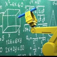 Ein neongelber Roboterarme hält vor einer grünen Tafel einen Kreidestift, der zur Tafel gerichtet ist. Darauf sind Berechnungen und geometrische Zeichnungen in weiß aufgeführt.
