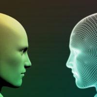 Vor einem dunklen Hintergrund sind zwei Köpfe ohne Haare im Profil zu sehen. Der linke Kopf ähnelt einer Schaufensterpuppe, während der rechte ein strukturelles Abbild in Netzoptik ist. Die Blicke sind einander zugewandt.