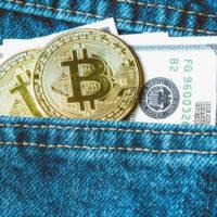 Eine Jeans mit Hosentasche aus der Geldscheine und Münzen herausblitzen