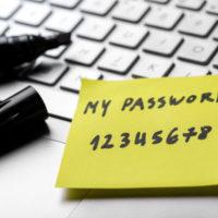 Auf dem Bild sieht man den Ausschnitt einer Tastatur. Ein schwarzer Stift mit breiter Spitze liegt samt abgezogener Kappe neben einem gelben Zettel. Darauf steht: Mein Passwort 12345678