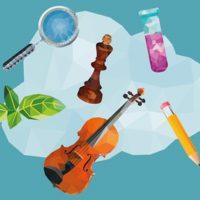 Die Illustration zeigt in polygoner 3-D-Optik verschiedene Gegenstände vor einer Wolke: eine Lupe, eine Schachfigur, ein Reagenzglas, ein Blatt, eine Violine und einen Bleistift