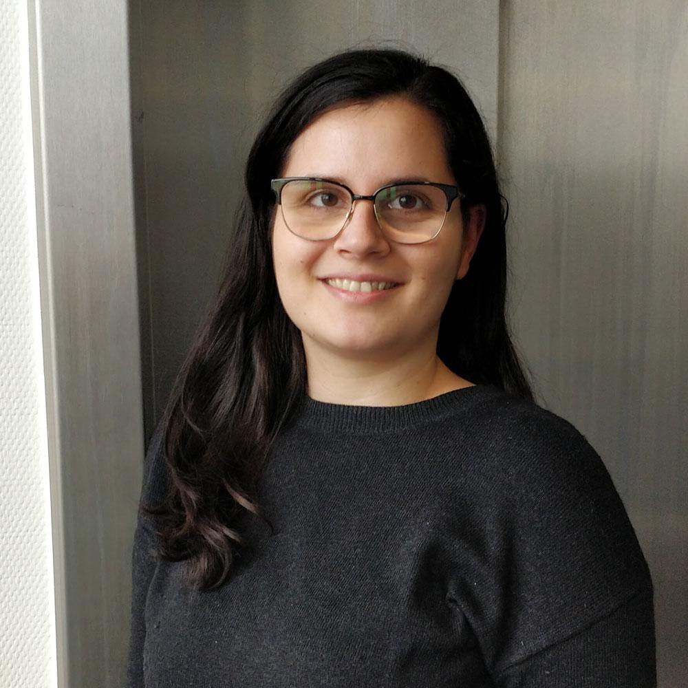 Das Portrait zeigt das Redaktionsmitglied Lisa-Shirin Raja