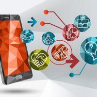 Das Bild ist ein Symbolbild in polygoner 3-D-Optik. Vor einem abstrakten grauen Hintergrund ist ein schwebendes Smartphone mit einem organge-roten Bildschirm zu sehen. Rechts daneben sin verschiedene Icons gruppiert, die Eigenschaften und Möglichkeiten des Internets symbolisieren.
