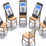 Das Bild ist eine Illustration. Ein paar Stühle stehen im Halbkreis, davor ein Stuhl für einen Moderator. Auf jedem Sitz befindet sich ein Smartphone, das schemenhaft eine Person mit einer Sprechblase über dem Kopf zeigt.