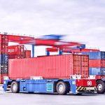 Das Foto zeigt einen autonom fahrenden Containertransporter, AGV genannt. Diese verkehren auf dem Containerterminal der HHLA in Altenwerder zwischen Containerbrücken und automatischem Blocklagern