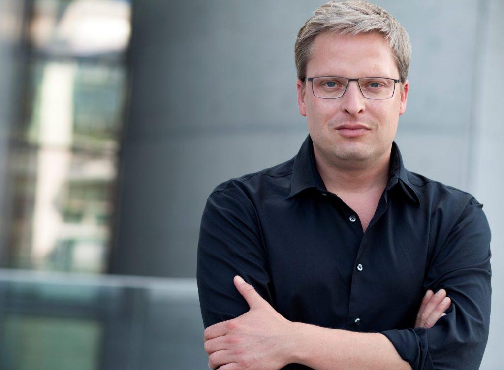 Zu sehen ist ein Portrait des Autors Philipp Otto, der den Kommentar verfasst hat