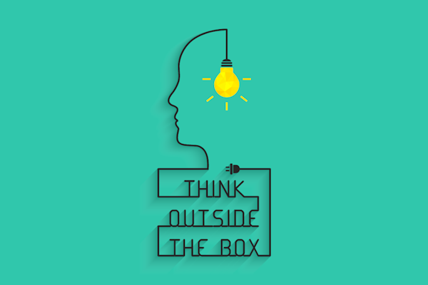 """Auf einem grünlichen Hintergrun befindet sich ein Schriftzug. """"Think outside the box"""". Dieser läuft nach oben in einer Linie als seitliches Profil eines Menschen aus, der in seinem Kopf eine Glühbirne hängen hat"""