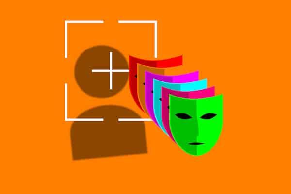 Zu sehen ist eine Illustration auf orangenem Hintergrund. Bunte Masken liegen übereinander, eine grüne ist ganz vorne zu sehen. Seitlich hinter den sechs Masken ist ein weißer Rahmen mit markiertem Mittelpunkt. Eine weitere Ebene dahinter befindet sich eine schemenhafte Darstellung von Kopf und Körper.