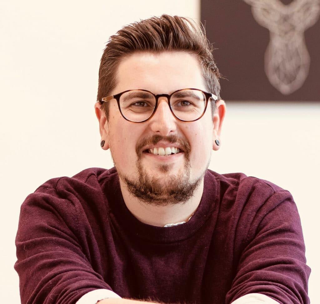 Zu sehen ist Nils Hoffmann, Leiter des Programms GovStart bei Public und Gründer des GovLab der Bezirksregierung Arnsberg.