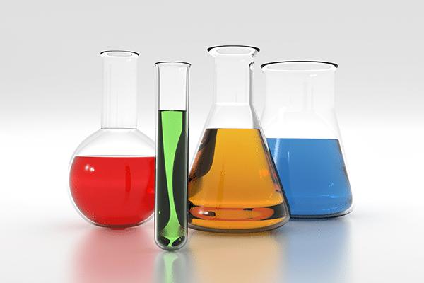 Laborgläser mit verschiedenen farbigen Flüssigkeiten